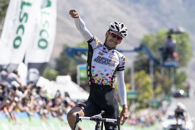 Lachlan David Morton (Jelly Belly p/b Maxxis) ударяет в воздух после взятия победы на этапе (фото: Jonathan Devich/epicimages.us)