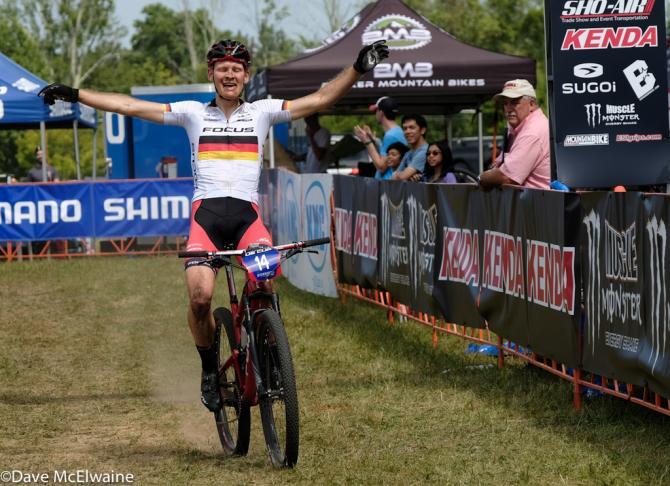 Markus Schulte-Lunzum (Focus) выигрывает гонку (фото: Dave McElwaine)