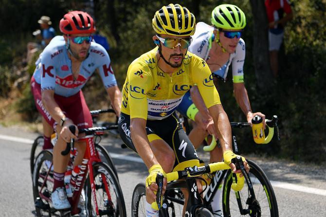 Тур де Франс: Жюлиану Алафилиппу удается избежать штрафа за толчок на Галибье. Deceuninck-QuickStep оштрафован за нарушение правил на этапе 18
