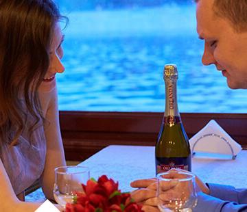 Речная прогулка на теплоходе – с ужином, музыкой и романтикой